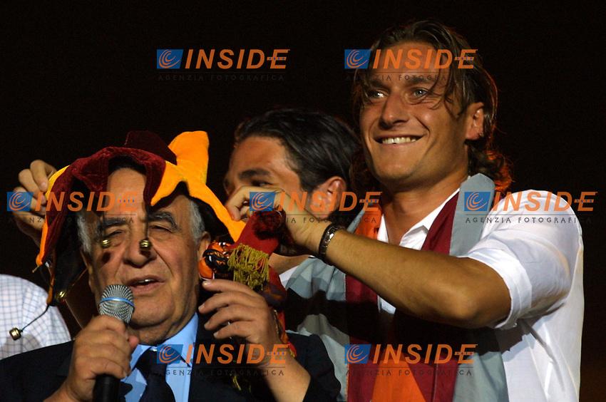 Roma 24 Giugno. Circo Massimo, concerto per la Roma campione d'Italia.<br /> Totti mette un cappello da clown giallorosso al presidente Franco Sensi