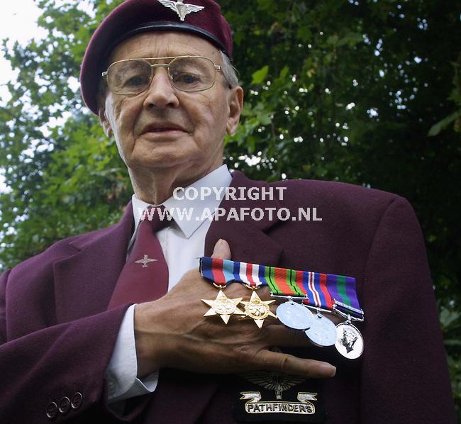oosterbeek 310801 trots toont deze oorlogsveteraan zijn nieuwe medailles, de oude waren getolen.<br />foto frans ypma APA-foto