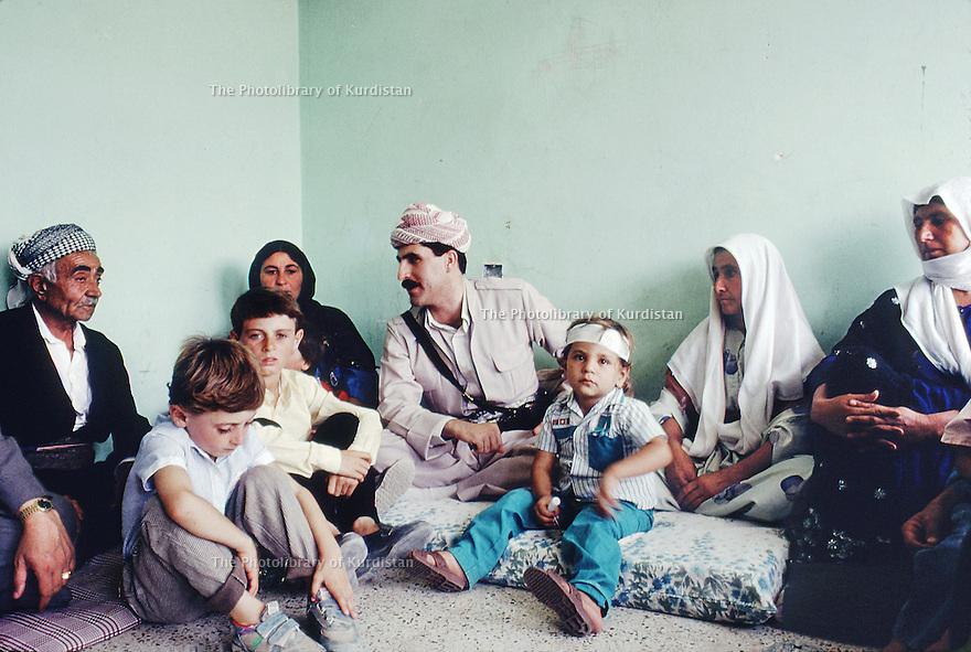 Irak 1991   Nechirvan Barzani visitant une famille de Dohok    <br /> Iraq 1991  Nechirvan Barzani visiting a family in Duhok
