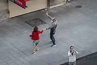 una coppia balla in strada