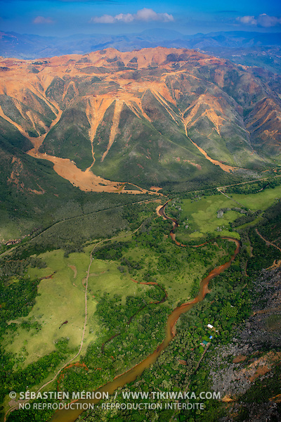 """Mine de nickel """"Le Plateau"""" (SLN) à Thio et la tribu de Urué en bas, Nouvelle-Calédonie"""