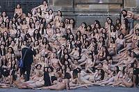 BOGOTA - COLOMBIA, 05-06-2016: El fotografo de desnudos Spencer Tunick realizó su performance en la Plaza de Bolívar en Bogotá, Colombia, hoy 5 de junio de 2016. Alrededor de 6mil personas se dieron cita en la madrugada para particiapar en el evento del artista visual. / Spencer Tunick, famous nude photographer made his performance at Plaza de Bolivar in BOgota, Colombia, today, June 5 of 2016. Around 6 thousand people gathered at dawn to participate in the event of the  photographer Tunick. Photo: VizzorImage/ Ivan Valencia /Cont