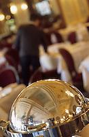 """Europe/France/Normandie/Basse-Normandie/14/Calvados/Deauville: La salle à manger de l'hôtel """"Le Normandy"""" - Le personnel dresse la salle"""