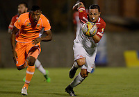 ENVIGADO -COLOMBIA-21-02-2016. Cristian Arrieta (Izq) jugador de Envigado FC disputa el balón con Luis Manuel Seijas (Der) jugador de Atlético Junior durante partido por la fecha 5 de la Liga Águila I 2016 realizado en el Polideportivo Sur de la ciudad de Envigado./ Cristian Arrieta (L) player of Envigado FC fights for the ball with Luis Manuel Seijas (R) player of Atletico Junior during match for the date 5 of the Aguila League I 2016 at Polideportivo Sur in Envigado city.  Photo: VizzorImage/ León Monsalve /STR