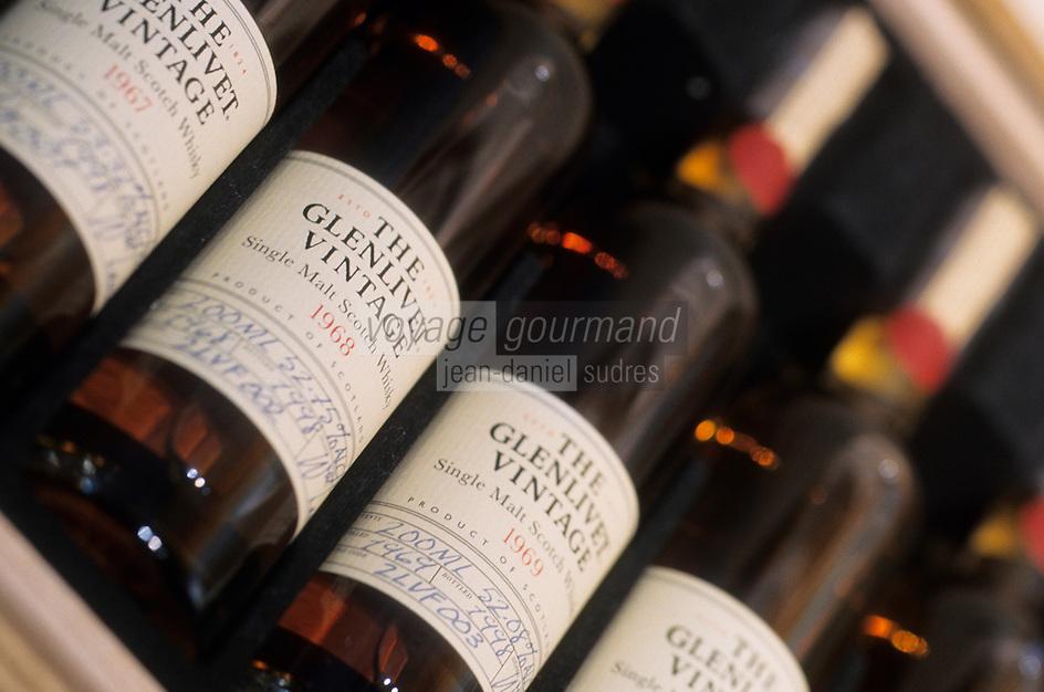 """Europe/Grande Bretagne/Ecosse/Moray/Speyside/Dufftown : Distillerie """"The Glenlivet"""" - Bouteilles d'un coffret historique de Whiskies Single Malt"""
