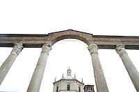 Le colonne e la cupola ottagonale della Basilica di San Lorenzo Maggiore, a Milano.<br /> Roman columns and Basilica di San Lorenzo Maggiore's octagonal dome in Milan.<br /> UPDATE IMAGES PRESS/Riccardo De Luca