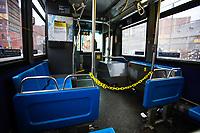 NOVA YORK, EUA, 25.03.2020 - CORONAVIRUS-EUA - Onibus circula gratuitamente em Nova York, e isola os motoristas para combater o virus durante a pandemia do Coronavirus COVID19 em Nova York nos Estados Unidos . (Foto: Vanessa Carvalho/Brazil Photo Press)