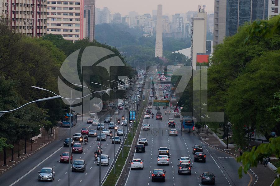 SÃO PAULO-SP-07,10,2014-TRÂNSITO SÃO PAULO - 23 DE MAIO - O Motorista não enfrenta lentidão na Avenida 23 de Maio ambos sentidos, próximo ao Ibirapuera.Região centro sul da cidade de São Paulo,no fim da tarde dessa Terça-Feira,07(Foto:Kevin David/Brazil Photo Press)
