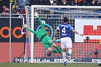 Torwart Michael Esser (SV Darmstadt 98) kann den Schuss von Raphel Guerreiro (Borussia Dortmund) zum 1:1 nicht halten - 11.02.2017: SV Darmstadt 98 vs. Borussia Dortmund, Johnny Heimes Stadion am Boellenfalltor