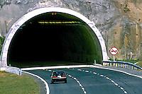 Túnel na rodovia Carvalho Pinto, São Paulo. 1999. Foto de Juca Martins.