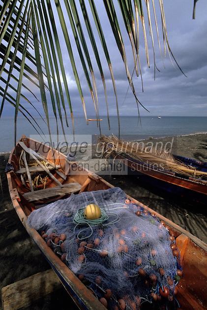 France/DOM/Martinique/Bellefontaine: Détail des barques de pêche sur la plage
