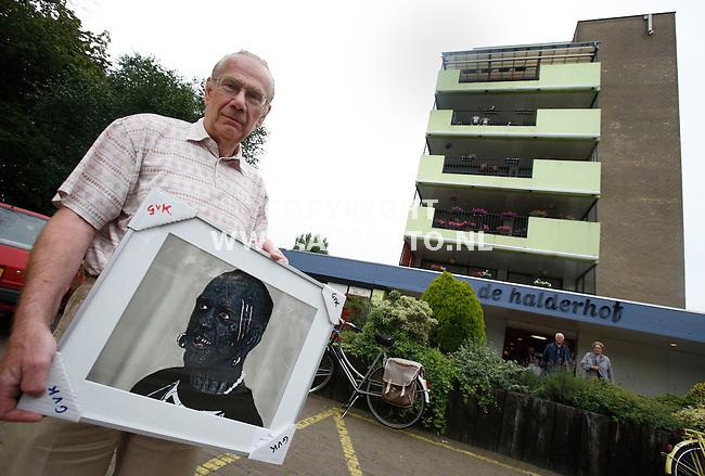Bennekom, 090708<br />Hobbyfotograaf Gerit van Kralingen toont een van zijn foto's. Een tentoonstelling in verzorgingtehuis Halderhof (achtergrond)  is gestopt na klachten van de bewoners.<br />Foto: Sjef Prins - APA Foto