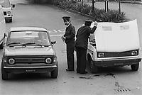 - private guards of FIAT search cars of workers that exit from Turin Mirafiori plant (October 1979) ....- guardie private della FIAT perquisiscono automobili di dipendenti che escono dallo stabilimento di Torino Mirafiori(ottobre 1979)