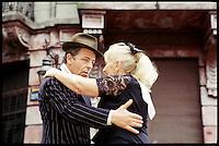 Ein Paar tanzt Tango auf dem Flohmarkt im Stadtteil San Telmo.<br /> A pair dance Tango at the Flea market in the District San Telmo.<br /> 22.10.2000, Buenos Aires<br /> Copyright: Christian-Ditsch.de<br /> [Inhaltsveraendernde Manipulation des Fotos nur nach ausdruecklicher Genehmigung des Fotografen. Vereinbarungen ueber Abtretung von Persoenlichkeitsrechten/Model Release der abgebildeten Person/Personen liegen nicht vor. NO MODEL RELEASE! Nur fuer Redaktionelle Zwecke. Don't publish without copyright Christian-Ditsch.de, Veroeffentlichung nur mit Fotografennennung, sowie gegen Honorar, MwSt. und Beleg. Konto: I N G - D i B a, IBAN DE58500105175400192269, BIC INGDDEFFXXX, Kontakt: post@christian-ditsch.de<br /> Urhebervermerk wird gemaess Paragraph 13 UHG verlangt.]