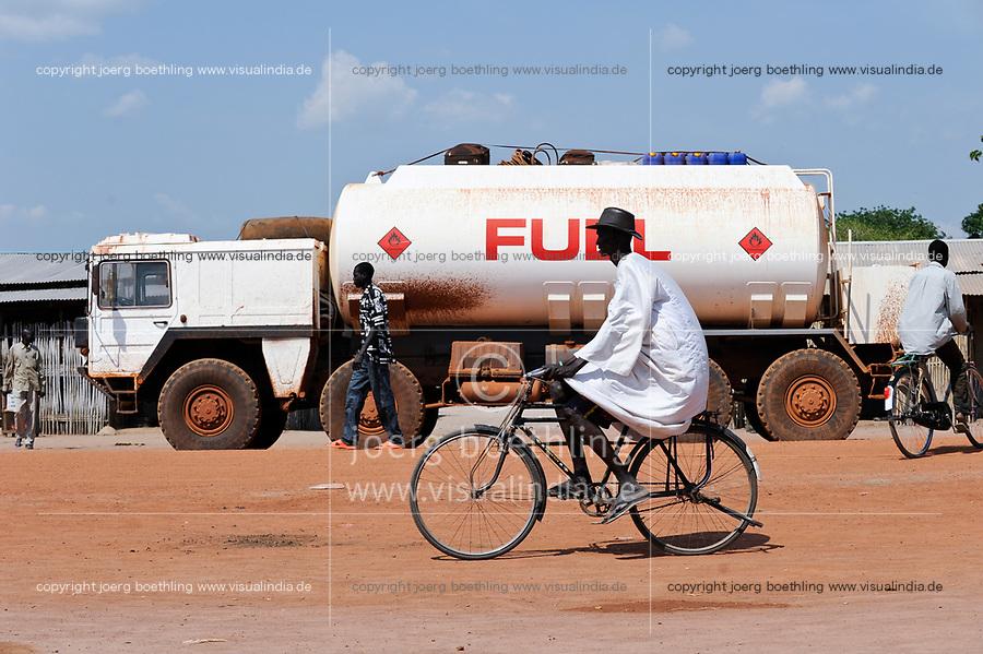 OUTH SUDAN  Bahr al Ghazal region , Lakes State, town cuibet, fuel tanker / SUED-SUDAN  Bahr el Ghazal region , Lakes State, Cuibet,  Treibstoff Tankwagen, die Benzin Preise sind durch Inflation und ein Embargo des Nordsudan astronomisch hoch