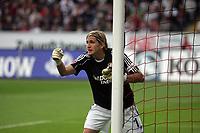 Torwart Rene Adler (Bayer Leverkusen) dirigiert seine Mauer vor dem Freistoß zum 2:1