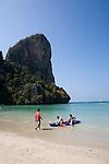 (Meeres)Kayaking, Strand von Railay, Ao Nang, Provinz Krabi, Thailand