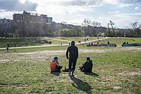 Auswirkungen der Corona-Krise.<br /> Im Bild: Menschen geniessen die Sonne im Goerlitzer Park in Berlin-Kreuzberg.<br /> 3.4.2020, Berlin<br /> Copyright: Christian-Ditsch.de<br /> [NUR FUER REDAKTIONELLE ZWECKE! Werbung nur auf Anfrage beim Fotografen. Inhaltsveraendernde Manipulation des Fotos nur nach ausdruecklicher Genehmigung des Fotografen. Vereinbarungen ueber Abtretung von Persoenlichkeitsrechten/Model Release der abgebildeten Person/Personen liegen nicht vor. NO MODEL RELEASE! Don't publish without copyright Christian-Ditsch.de, Veroeffentlichung nur mit Fotografennennung, sowie gegen Honorar, MwSt. und Beleg. Konto: I N G - D i B a, IBAN DE58500105175400192269, BIC INGDDEFFXXX, Kontakt: post@christian-ditsch.de<br /> Bei der Bearbeitung der Dateiinformationen darf die Urheberkennzeichnung in den EXIF- und  IPTC-Daten nicht entfernt werden, diese sind in digitalen Medien nach §95c UrhG rechtlich geschuetzt. Der Urhebervermerk wird gemaess §13 UrhG verlangt.]