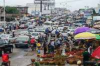 NIGERIA, Oyo State, Ibadan, crowded main road and market area / Hauptstrasse und Markt, Verkauf Gemuese