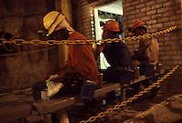 SUDAFRICA - Kimberley, miniera di diamanti di Bultfontein ( Miniere De Beers): minatori durante la pausa pranzo.