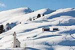 Italien, Suedtirol, Groednertal, oberhalb Wolkenstein, Kapelle am Groednerjoch, gewidmet dem Hl. Maurizio, dem Schutzheiligen der Alpini. Sie wurde von der Alpinigruppe Groeden erbaut und im Fruehling 2004 eingeweiht | Italy, Alto Adige - Trentino, South Tyrol, above Selva di Val Gardena: Chapel at Passo Gardena, dedicated to Sait Maurice, patron saint of the alpinists