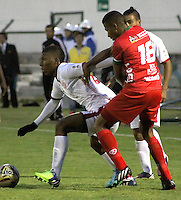TUNJA -COLOMBIA, 11-04-2015: Harold Macias (Der) jugador de  Patriotas FC disputa el balón con un jugador de Uniautonoma durante partido por la fecha 15 de La Liga Aguila I 2015 jugado en el estadio La Independencia de la ciudad de Tunja. / Harold Macias (R) player of Patriotas FC vies for the ball with a player of Uniautonoma during the match for the 15th date of La Liga Aguila I 2015 played at La Independence stadium in Tunja. Photo: VizzorImage / Cesar Melgarejo  / Cont