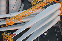 GERMANY Bremerhaven, shipping of SENVION rotor blades for RWE offshore wind park in the North Sea / DEUTSCHLAND Bremerhaven, Verladung von SENVION Rotorblaettern fuer Windkraftanlagen fuer einen RWE off-shore Windpark in der Nordsee