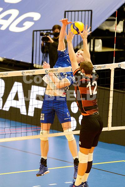 30-01-2021: Volleybal: Amysoft Lycurgus v Talentteam Papendal: Groningen Lycurgus speler Auke van der Kamp in duel met TT Papendal speler Tieme de Jong
