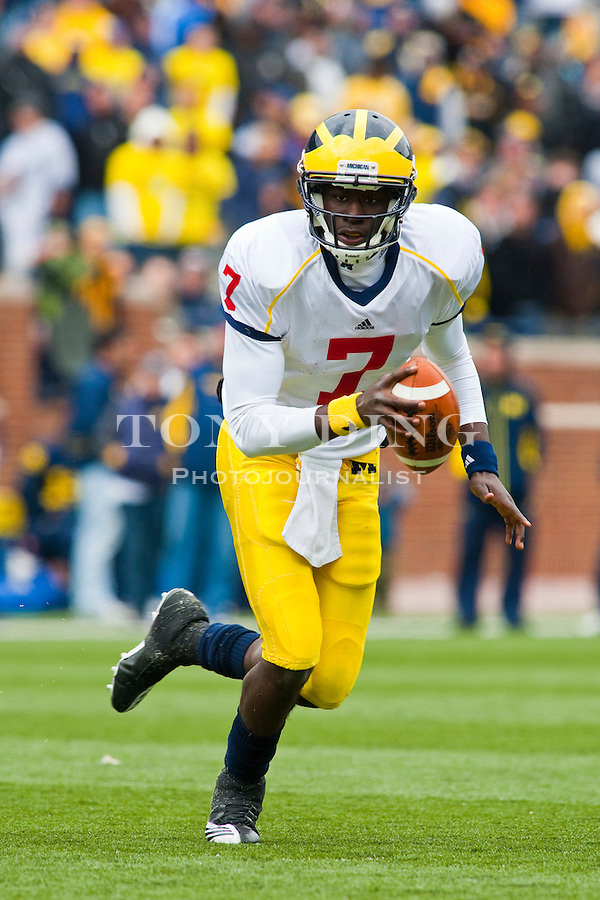 Michigan quarterback Devin Gardner (7) runs with the ball during the Wolverines' spring football game, Saturday, April 17, 2010, in Ann Arbor, Mich. (AP Photo/Tony Ding)