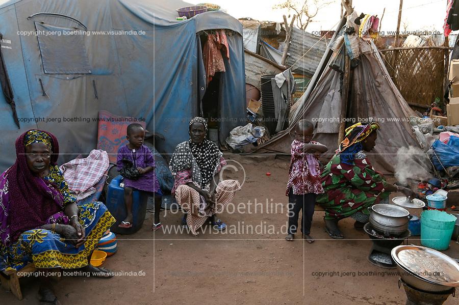 MALI, Bamako, IDP camp Niamana, Peulh people settled here after ethnic conflicts with Dogon people in the region Mopti, Peulh women / Peul Fluechtlinge haben sich nach ethnischen Konflikten mit Dogon in der Region Mopti hier angesiedelt, Peul Frauen