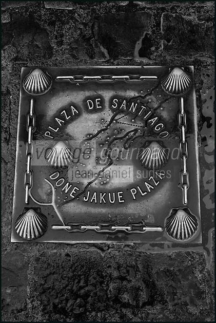 Espagne, Navarre, Pampelune: Place de Santiago  , plaque Route de Saint-Jacques-de-Compostelle //  Spain, Navarre, Pamplona: Santiago , Way of St. James