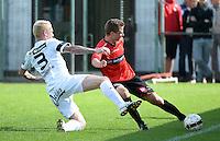 Winkel Sport - SK Deinze  : Rens Verhooghe (r) aan de bal voor de tacklende Roel Van Hemert (links) <br /> foto VDB / BART VANDENBROUCKE