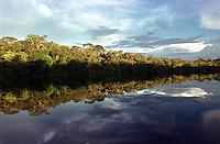 Alto rio Xié, fronteira do Brasil com a Venezuela a cerca de 1.000Km oeste de Manaus.<br />06/2002.<br />Foto: Paulo Santos/Interfoto Expedição Werekena do Xié<br /> <br /> Os índios Baré e Werekena (ou Warekena) vivem principalmente ao longo do Rio Xié e alto curso do Rio Negro, para onde grande parte deles migrou compulsoriamente em razão do contato com os não-índios, cuja história foi marcada pela violência e a exploração do trabalho extrativista. Oriundos da família lingüística aruak, hoje falam uma língua franca, o nheengatu, difundida pelos carmelitas no período colonial. Integram a área cultural conhecida como Noroeste Amazônico. (ISA)