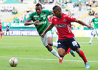 CALI -COLOMBIA-03-10-2015. Harold Preciado (Izq) jugador del Deportivo Cali disputa el balón con Frank Fabra (Der) jugador de Independiente Medellín durante partido por la fecha 15 de la Liga Águila II 2015 jugado en el estadio Palmaseca de la ciudad de Palmira./ Harold Preciado (L) player of Deportivo Cali vies for the ball with Frank Fabra (R) player of Independiente Medellín during match for the date 15 of the Aguila League II 2015 played at Palmaseca stadium in Palmira city. Photo: VizzorImage/ NR