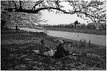An old Japanese couple enjoys Hanami, Cherry Blossom viewing on the riverside in Kakunodate, Akita, Japan.<br /> <br /> An old Japanese couple enjoys Hanami, Cherry Blossom viewing on the riverside in Kakunodate, Akita, Japan. Editar<br /> <br /> Un vieux couple japonais aime regarder Hanami, Cherry Blossom, au bord de la rivière à Kakunodate, Akita, au Japon.