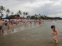 GUARUJA, SP, 14 DE JANEIRO 2012. CLIMA TEMPO. Movimentacao de turistas, na praia de Pernambuco, no Guarujá, litoral sul de SP, na tarde deste sabado, 14. FOTO MILENE CARDOSO - NEWS FREE