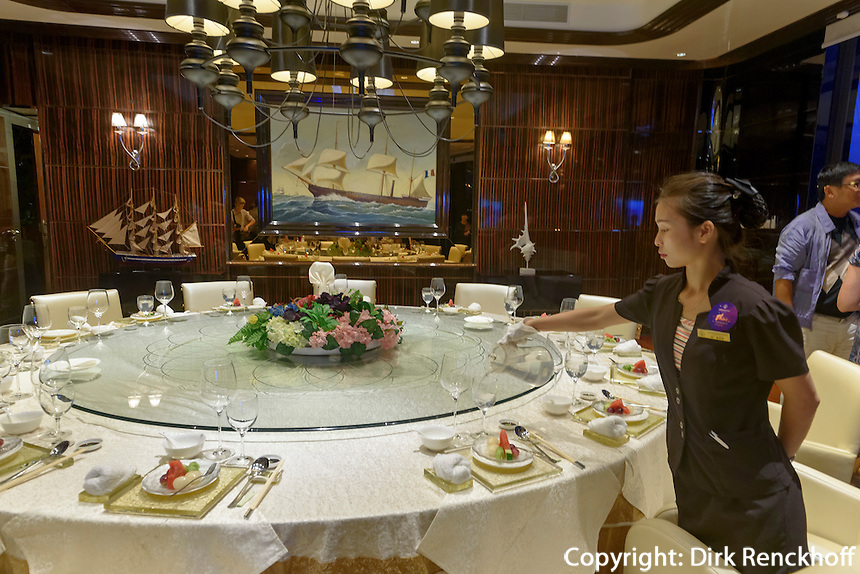 Restaurant des Jachtclub in Sanya auf der Insel Hainan China<br /> Restaurant of Yacht-Club, Sanya, Hainan island, China