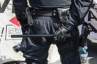 Ueber 1.500 Menschen protestierten am Sonntag den 1. Mai 2016 im Saechsischen Plauen mit Kundgebungen und einer Demonstration gegen einen Aufmarsch der Naziorganisation 3.Weg.<br /> Die Demonstration gegen den Aufmarsch wurde mehrfach von der Polizei mehrfach von der Polizei unter Einsatz von Pfefferspray und Schlagstoecken gestoppt. Teilnehmer haetten sich durch Tuecher, Muetzen und Brillen unkenntlich gemacht, so die Polizei. Dabei wurden auch Journalisten immer wieder zum Ziel polizeilicher Massnahmen durch die saechsische Polizei und an ihrer Arbeit gehindert.<br /> Im Bild: Ein Polizist mit einem Schlagstock der Volkspolizei aus der DDR. <br /> 1.5.2016, Plauen<br /> Copyright: Christian-Ditsch.de<br /> [Inhaltsveraendernde Manipulation des Fotos nur nach ausdruecklicher Genehmigung des Fotografen. Vereinbarungen ueber Abtretung von Persoenlichkeitsrechten/Model Release der abgebildeten Person/Personen liegen nicht vor. NO MODEL RELEASE! Nur fuer Redaktionelle Zwecke. Don't publish without copyright Christian-Ditsch.de, Veroeffentlichung nur mit Fotografennennung, sowie gegen Honorar, MwSt. und Beleg. Konto: I N G - D i B a, IBAN DE58500105175400192269, BIC INGDDEFFXXX, Kontakt: post@christian-ditsch.de<br /> Bei der Bearbeitung der Dateiinformationen darf die Urheberkennzeichnung in den EXIF- und  IPTC-Daten nicht entfernt werden, diese sind in digitalen Medien nach §95c UrhG rechtlich geschuetzt. Der Urhebervermerk wird gemaess §13 UrhG verlangt.]