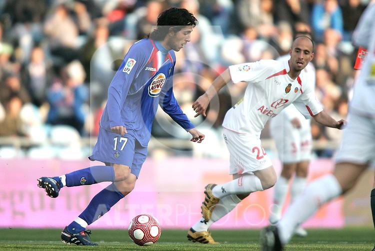 Getafe's Daniel Parejo against Mallorca's Borja Valero during La Liga match. March 11, 2010. (ALTERPHOTOS/Alvaro Hernandez)