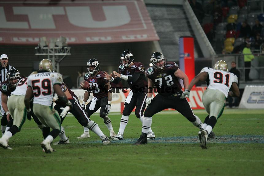 Drew Henson (Quarterback Rhein Fire) bekommt den Ball zugeworfen