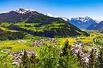 Oesterreich, Tirol, Fruehling im Zillertal, Urlaubsort Zell am Ziller: Blick ins Zillertal mit den Ortschaften Ramsau und Mayrhofen am Ende des Tals und den noch schneebedeckten Gipfeln der Zillertaler Alpen | Austria, Tyrol, springtime at Ziller-Valley, resort Zell am Ziller: view into Ziller Valley with still snow covered summits of Ziller-Valley Alps