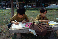 Kinder am Hoan Kiem-See in Hanoi, Vietnam