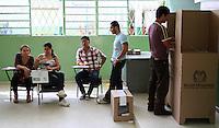 BUCARAMANGA -COLOMBIA. 25-05-2014. Un hombre vota en Bucaramanga durante la jornada de elecciones Presidenciales en en Colombia que se realizan hoy 25 de mayo de 2014 en todo el país./ Aman votes in Bucaramanga during the day of Presidential elections in Colombia that made today May 25, 2014 across the country. Photo: VizzorImage / Duncan Bustamante /Str
