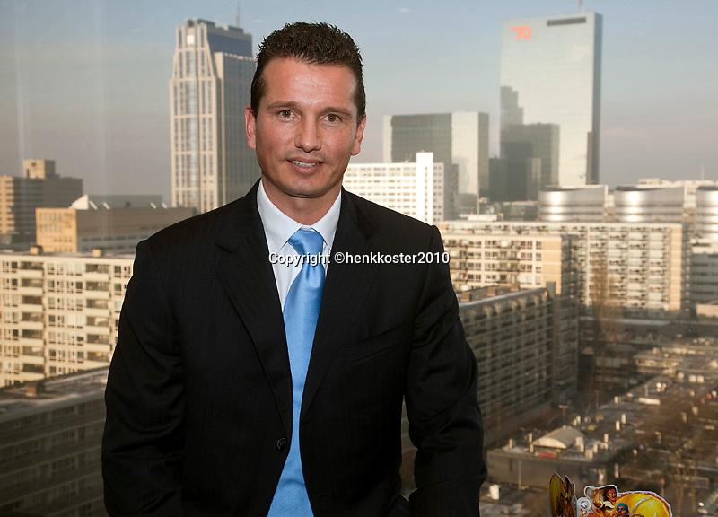 6-1-10, Rotterdam, Tennis, Persconferentie ABNAMROWTT, Toernooidirecteur Richard Krajicek met de skyline van Rotterdam op de achtergrond