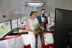 Foto: VidiPhoto<br /> <br /> OSSENDRECHT - Het is de omgekeerde wereld donderdag in het Brabantse Ossendrecht. Niet familie en vrienden komen naar de bruiloft, maar het kersverse Zeeuwse echtpaar Ramon Voshol (Poortvliet) en Willemein Bolier (St. Philipsland) bezoekt op hun trouwdag de bruiloftsgasten met een nieuw fenomeen: de coronavrije Liefdesbus. De omgebouwde Amerikaanse Crown uit 1975 vervoert bruidspaar en wederzijdse ouders na de huwelijksceremonie in Ossendrecht langs diverse Zeeuwse dorpen waar familie en vrienden ze op wacht. In de bus wordt de bruiloftstaart aangesneden en is er een zesgangendiner. Via diverse camera's in de bus kunnen de bruiloftgasten alles meebeleven. De eerste en enige Liefdesbus van ons land is een een idee van restaurant de Oude Duikenburg in Echteld dat vanwege de coronamaatregelen al vanaf 3 oktober gesloten is. De animo voor de Liefdesbus is groot.