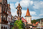 Deutschland, Baden-Wuerttemberg, Schwarzwald, Gengenbach im Ortenaukreis: Stadtzentrum mit Obertor und Stadtbrunnen mit Ritter | Germany, Baden-Wurttemberg, Black Forest, Gengenbach: centre with Upper Gate and Town Fountain with knight