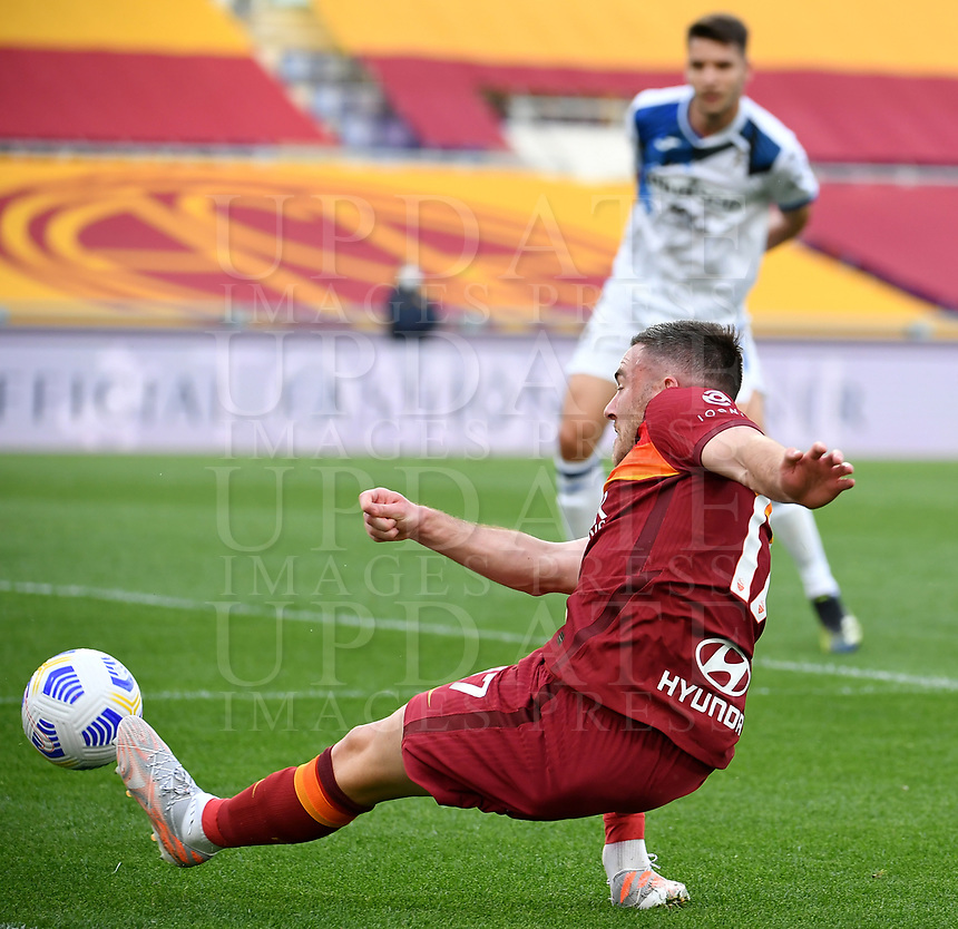 Football, Serie A: AS Roma - Atalanta Olympic stadium, Rome, April 22, 2021. <br /> Roma's Jordan Veretout in action during the Italian Serie A football match between AS Roma and Atalanta at Rome's Olympic stadium, Rome, on April 22, 2021.  <br /> UPDATE IMAGES PRESS/Isabella Bonotto
