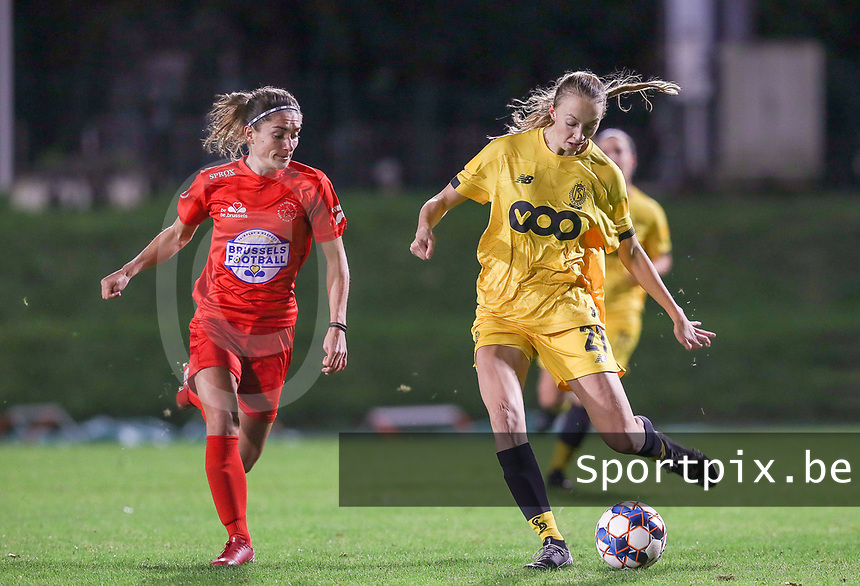 Woluwe's Stephanie Suenens (17) (L) and Standard's Lisa Petry (21) (R) in action during a female soccer game between FC Femina WS Woluwe and Standard Femina de Liege on the fourth match day of the 2020 - 2021 season of Belgian Womens Super League , Friday 8th of October 2020  in Liege , Belgium . PHOTO SPORTPIX.BE | SPP | SEVIL OKTEM