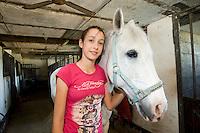 homeschooling, educazione parentale. Asya,12 anni,dopo lo studio è la passione per il suo cavallo