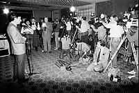 Pierre Roussel, photographiant Robert Bourassa, le 8 janvier 1985<br /> <br /> PHOTO : jj Raudsepp